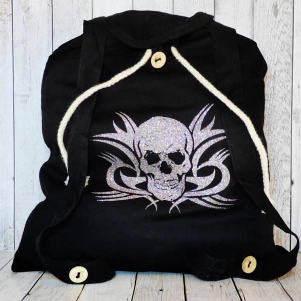 Schwarzer Rucksack mit glitzerndem Totenkopf bedruckt im coolen Skull Design aus Bio-Baumwolle